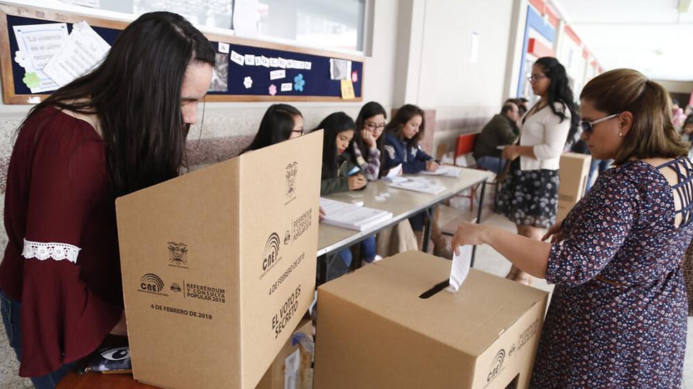 Mujeres sufragando durante la consulta popular de 2018. Foto: CNE