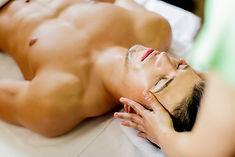 Un soin du visage Proskin de 60 minutes sur le visage d'un patient homme.