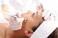 Traitement de microdermabrasion sur le visage d'une patiente par une technicienne