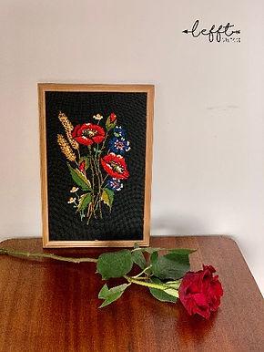 Geborduurd schilderij met rozen