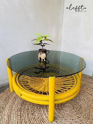 Gele rotan tafel