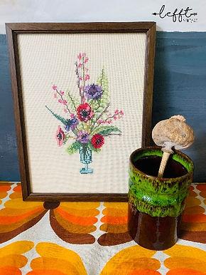 70's lijst met geborduurde bloemen
