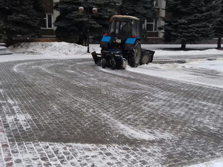 Очищаем от снега дороги и тротуары