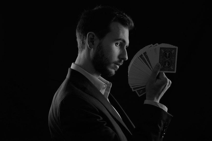 Magicien Toulouse Haute-Garonne Mentaliste Lucas Nolan close-up cartes éventail
