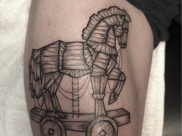Tattoorituals Trojanisches Pferd Oberschenkel Fineline