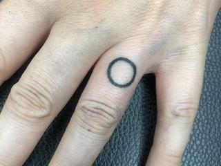 Tattoorituals Handpoke Kreis auf Finger