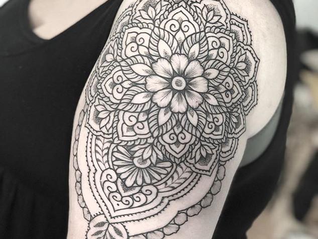 Tattoorituals Mandala mit Blume Oberarm