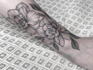 Tattoorituals Blume Tattoo fineline auf Arm