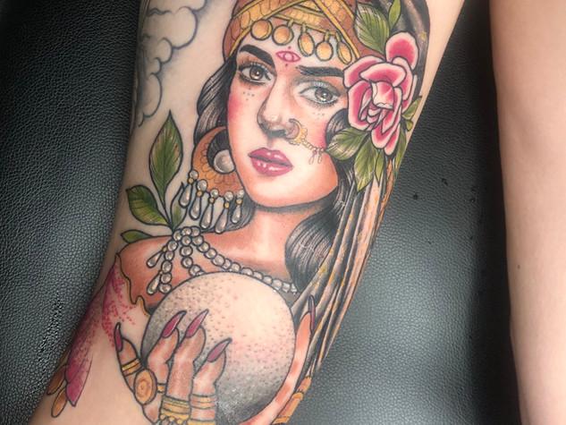 Tattoorituals Wahrsagerin bunt Wahrsagerkugel Rose Hände