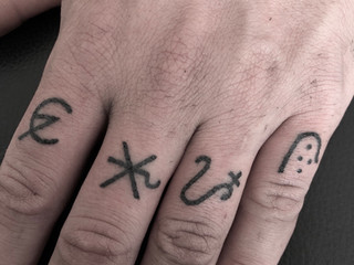 Tattoorituals Alchemie Symbole Finger Handpoke