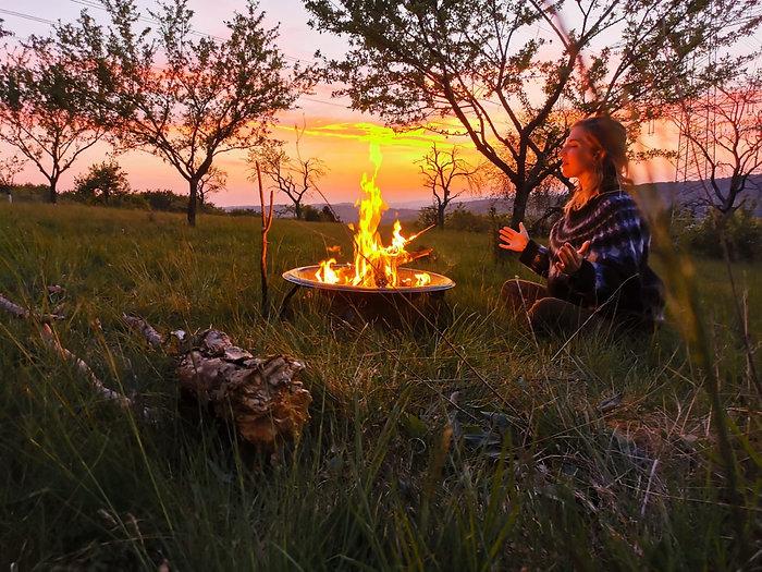 Sarah Rosa Helfen am Feuer sitzend in der Natur