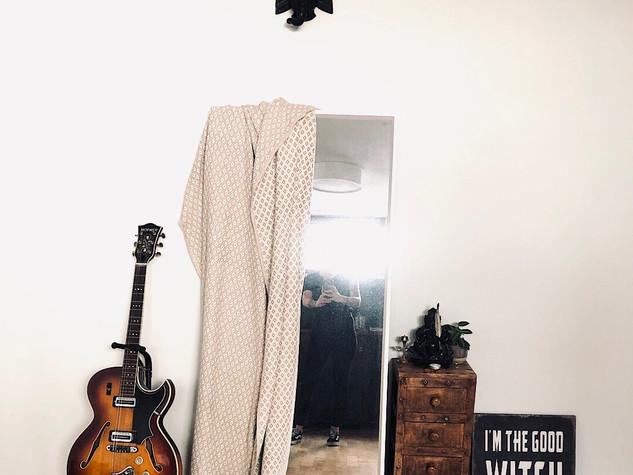 Einblick in das Studio von Sarah Rosa Helfen, Spiegel, Gitarre, Schild, Ganesha