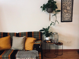 Einblick in das Studio von Sarah Rosa Helfen, Couch, Pflanzen Tische