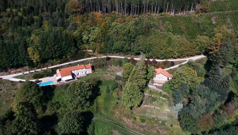 Vue maison et ferme de haut drone.jpg