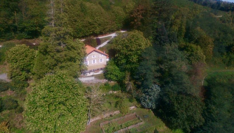 Vue maison de face drone eloigné.jpg