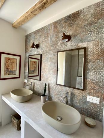 Salle de bain grise 2 vasques vue de l'e