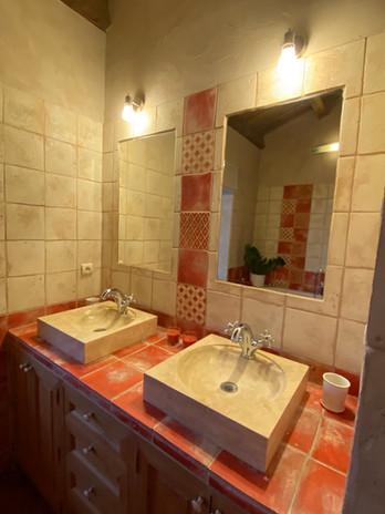 Salle de bain rouge lavabos.jpg