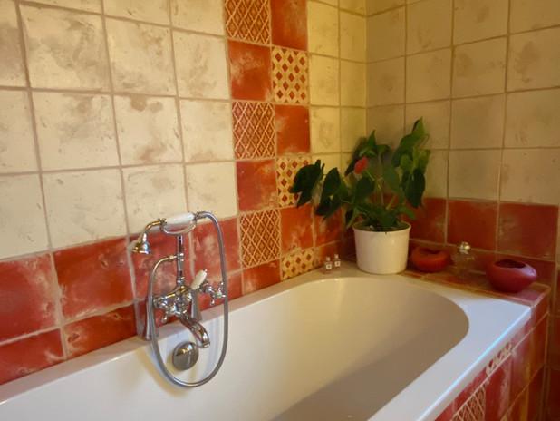 salle de bain rouge baignoire.jpg