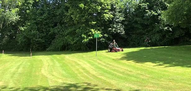 CASPA GmbH beim Rasenmähen
