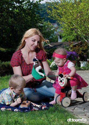 werbefotografie-miracoolix-mutter-kleinkinder-am-spielen-mit-spielzeug