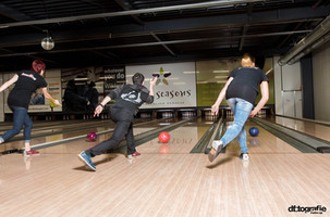 werbefotografie-meilenstein-gleichzeit-bowlen-drei-erwachsene