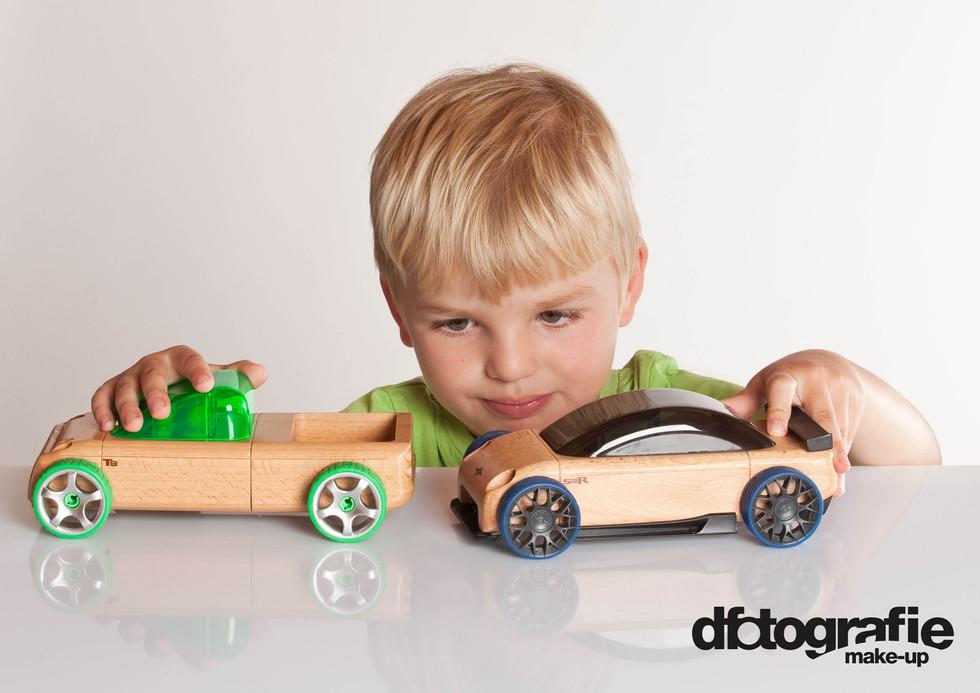 werbefotografie-miracoolix-blonder-junge-spielt-mit-holzautos