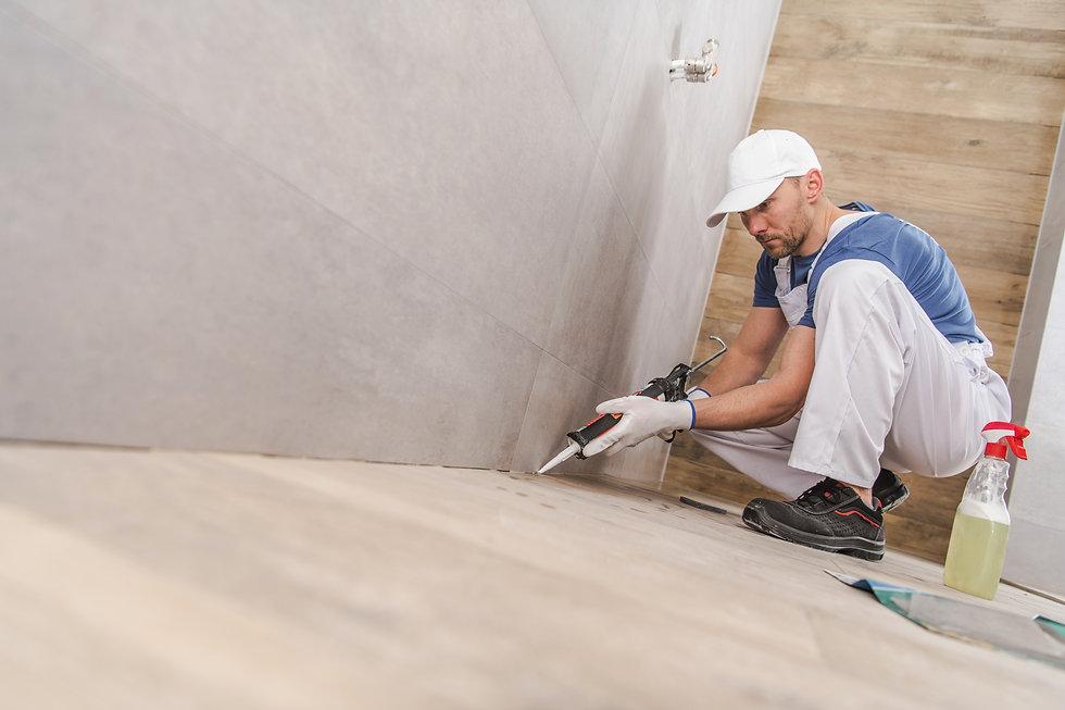 worker-sealing-ceramic-tiles-Z8NUC9A.jpg