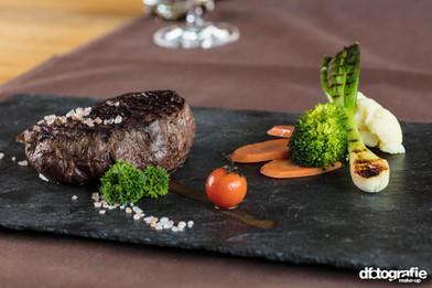 werbefotografie-meilenstein-steak-mit-gemuese-auf-schieferplatte