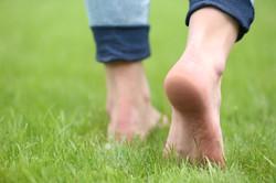 benefici-camminare-a-piedi-scalzi-vantaggi-3