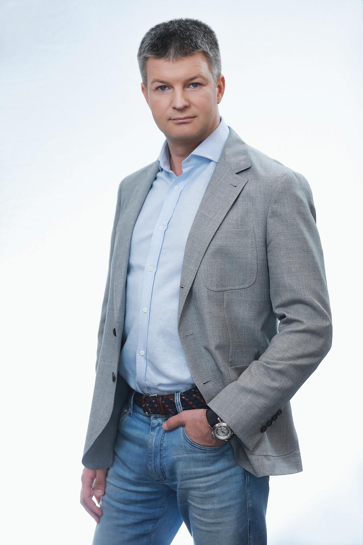 Фотосессия в стиле Business casual: образ и детали. Мужской портрет на белом фоне