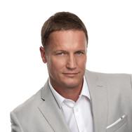 Деловой портрет мужчины на белом фоне
