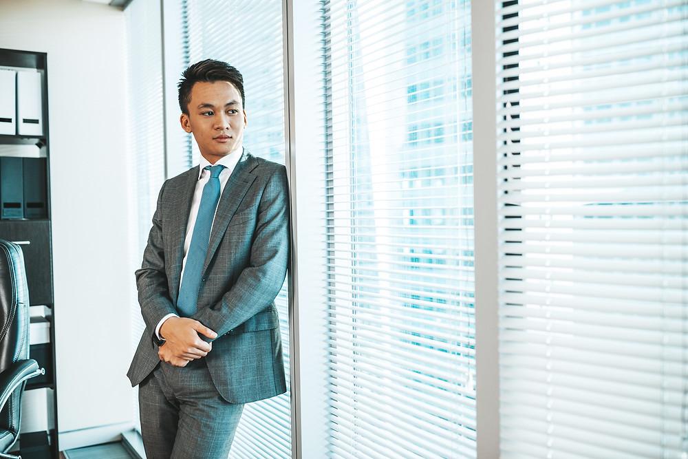 Бизнес портрет делового человека, мужской деловой портрет мужчины в офисе на фоне окна, Москва Сити 2020 год