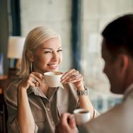 Женский деловой портрет в кафе