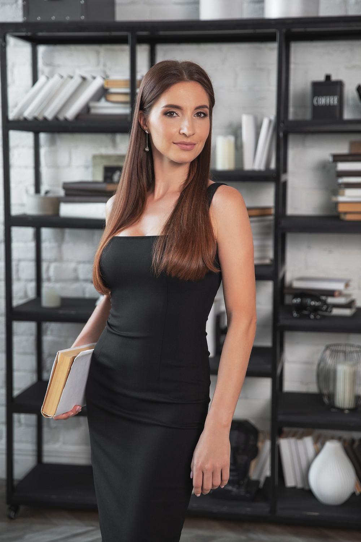 Другая идея простой роскошной позы, подходящая для любой бизнес фотосессии. Женскии портрет