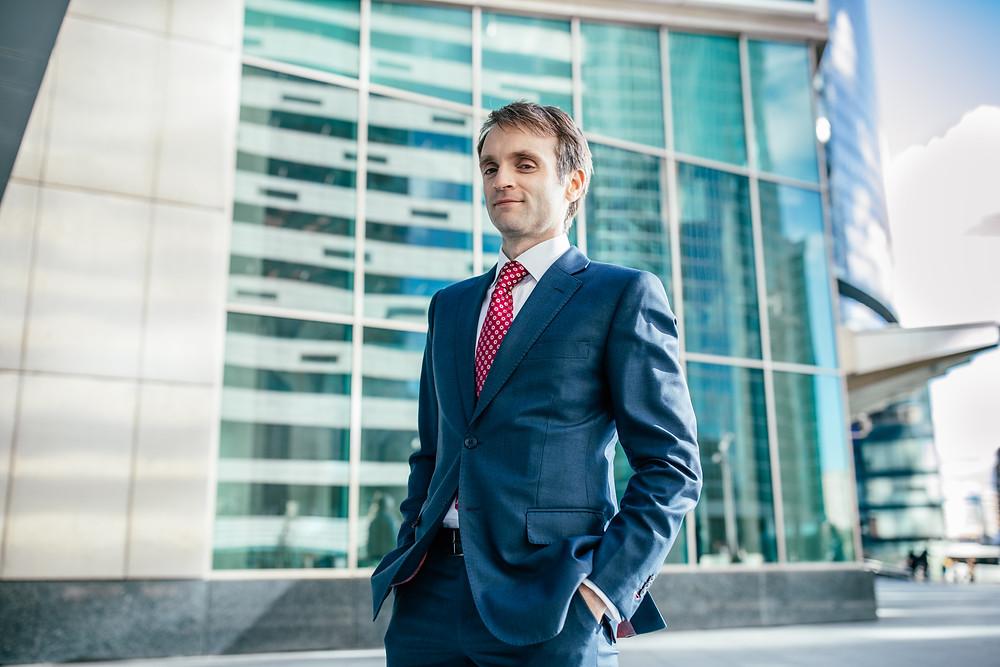 Бизнес портрет: лучшие позы и идеи для мужской фотосессии в деловом стиле.деловой портрет мужчины европейский стиль на фоне Москва Сити 2020 от фотографа Арднв Борислав