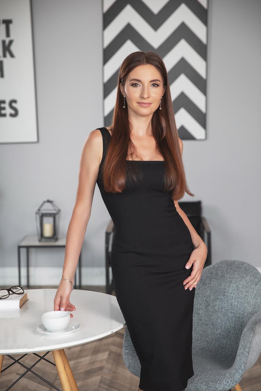 Правила позирования позы женского бизнес портрета в данном случае простые: Тело должно быть изогнуто S