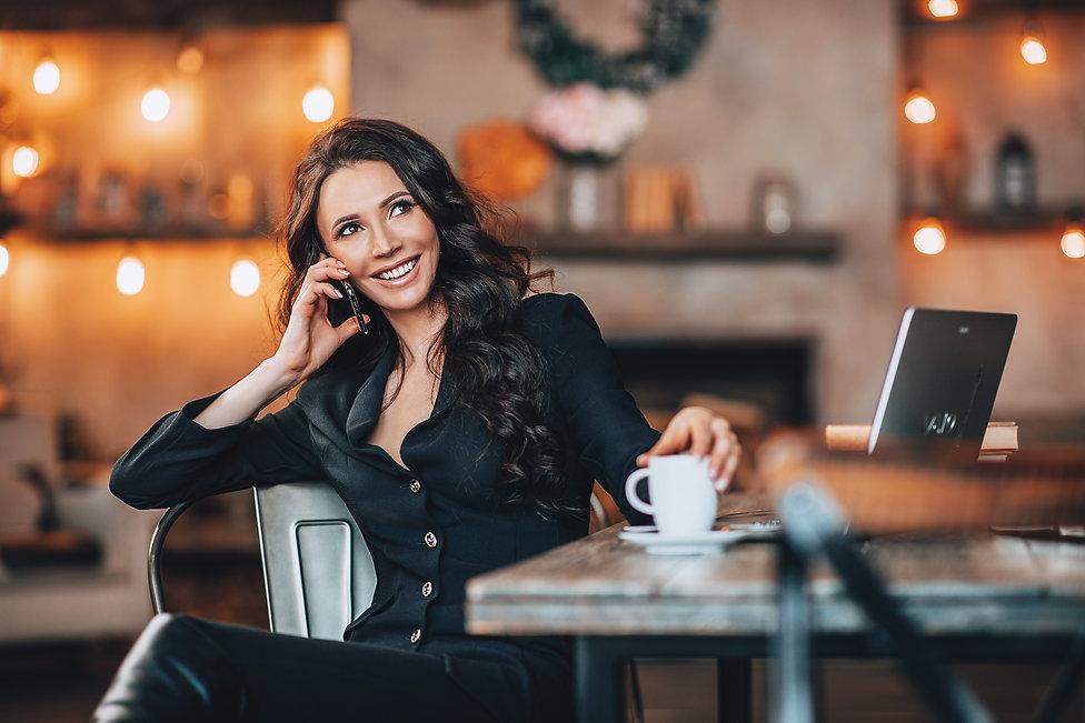 Женский бизнеспортрет,фотосессиявстудии. Девушка, телефон, кофе. Фотограф Борислав Ардев