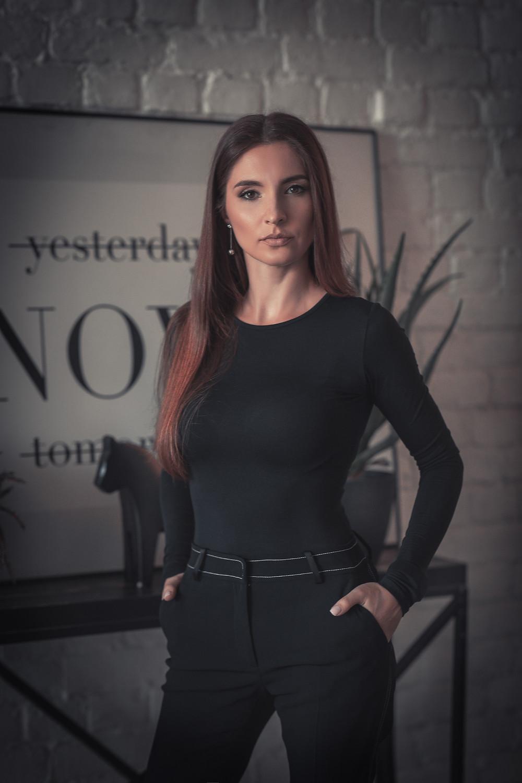 Позы и идеи для женской фотосессии. Бизнес портрет фото: Борислав Ардев. Москва 2020г