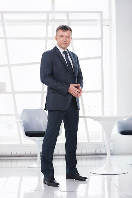 Бизнес портрет на ръководителя на фирма на Бял,светло сив фон в фотостудия. София 2018 година.