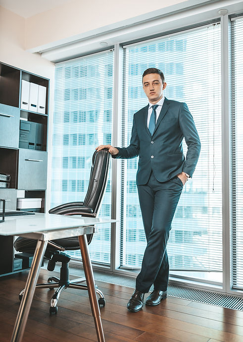 Бизнес-портреты мужчины из фотосессии в деловом стиле. Данные мужские бизнес-портреты были выполнены в ходе студийной фотосессии