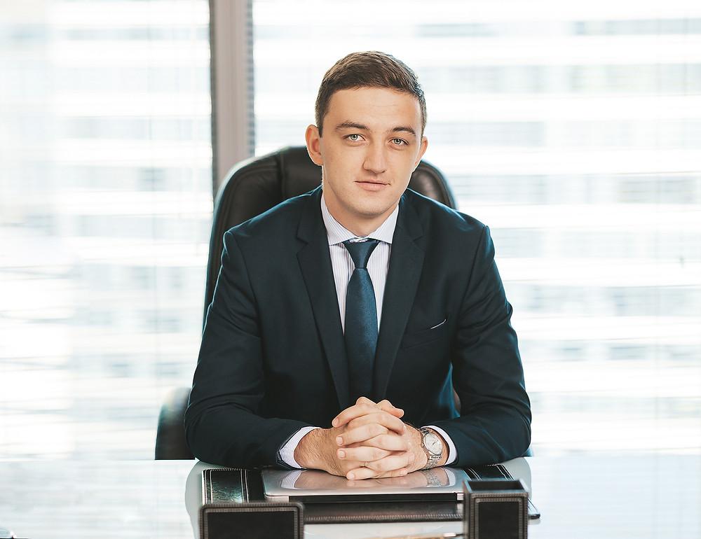 Стильный мужской деловой портрет в офисе. Фотограф Борислав - Москва Сити 2020 год
