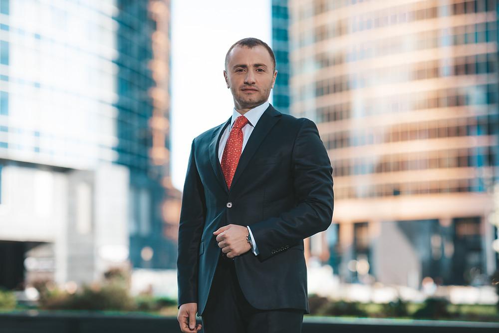 Подобрал 16 лучшую позу для бизнес портрета, мужской фотосессии в студии или в офисе. Бизнес портрет на фоне Москва Сити