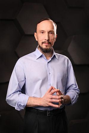 Мужской бизнес портрет на черном фоне, фотосессия для сотрудников компании