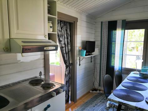 Dining area + kitchenette / Ruokailutila ja minikeittiö