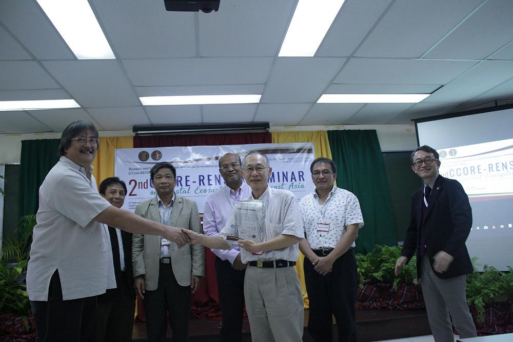 西田名誉教授には、長年の貢献に対し、記念の盾が送られました。