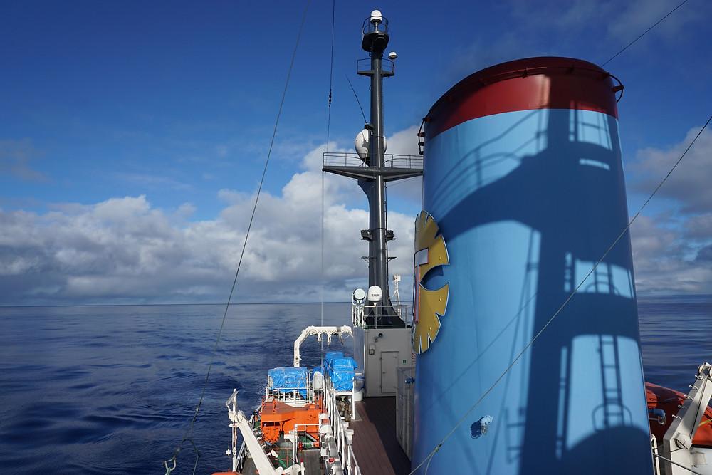 亜熱帯太平洋を航行する白鳳丸