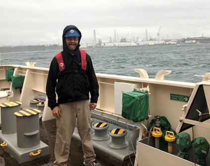 調査船新青丸船上から福島第一原発を望むケン・ブッセラ―、2018年9月