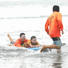 La ISA becó a uno de los miembros del Surf Adaptado de Costa Rica