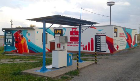 Graffiti reklama čerpací stanice
