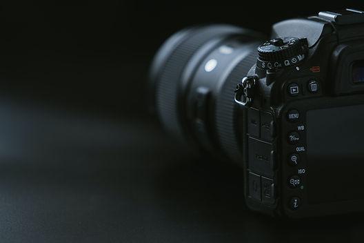 camera-on-black-surface-1655817.jpg